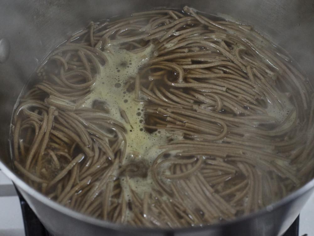 Добавляем гречневую лапшу для легкого супа в азиатском стиле с гречневой лапшой и лососем