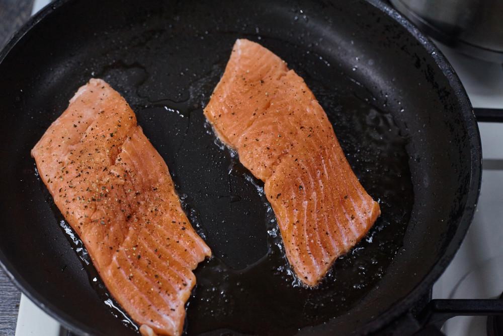 Обжариваем лосося для легкого супа в азиатском стиле с гречневой лапшой и лососем