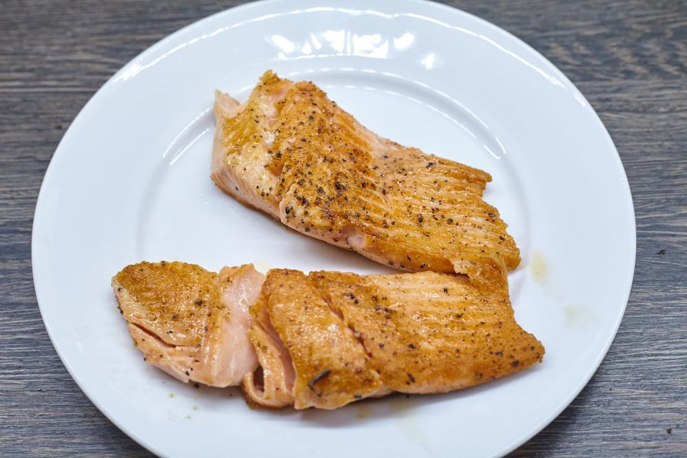 Делим филе лосося на куски кратно порциям для легкого супа в азиатском стиле с гречневой лапшой и лососем