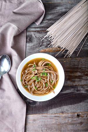 Пошаговый рецепт легкого супа в азиатском стиле с гречневой лапшой и лососем.