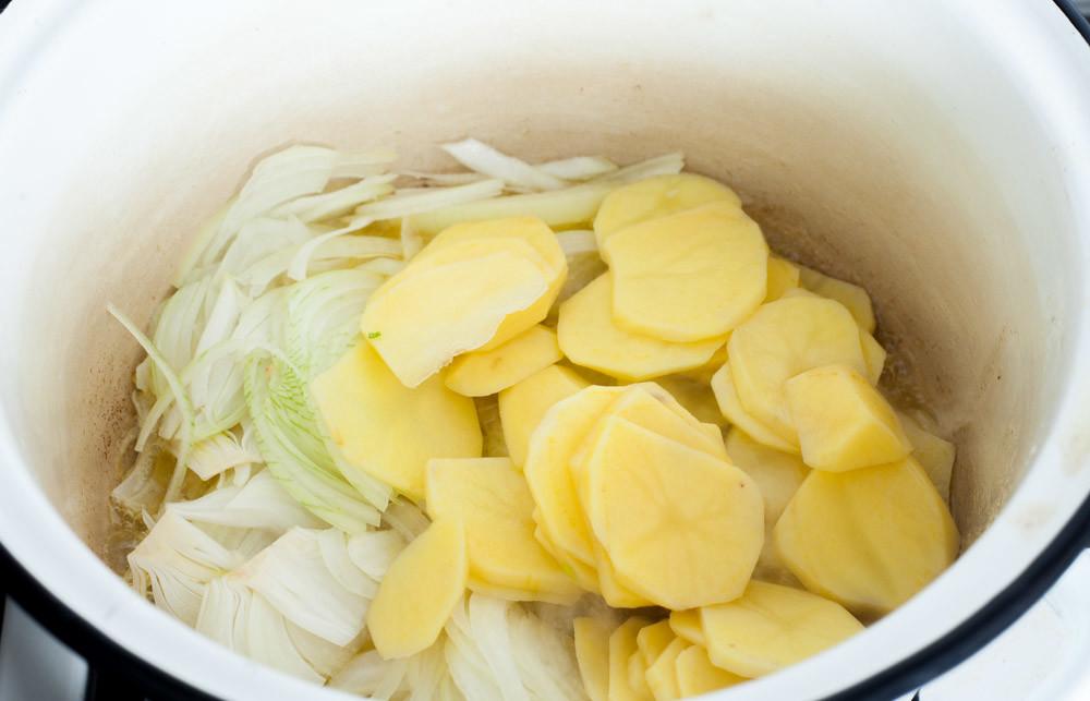 Обжарьте лук и картофель для приготовления супа из картофеля и лука порея