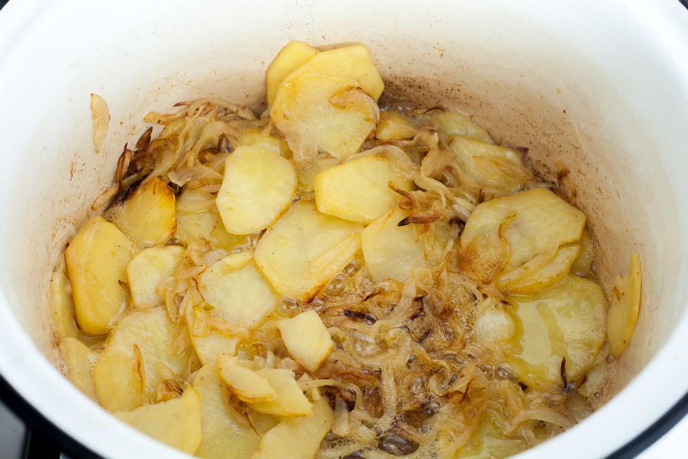 Обжаренный картофель с луком для приготовления супа из картофеля и лука порея