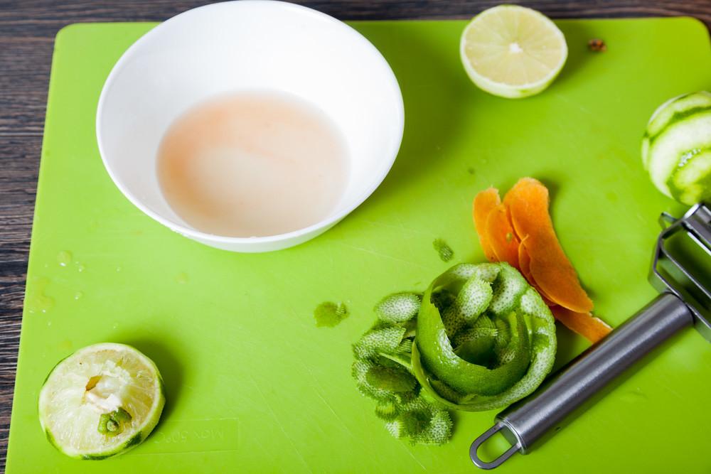 Выдавливаем сок для приготовления Мексиканского лаймового супа