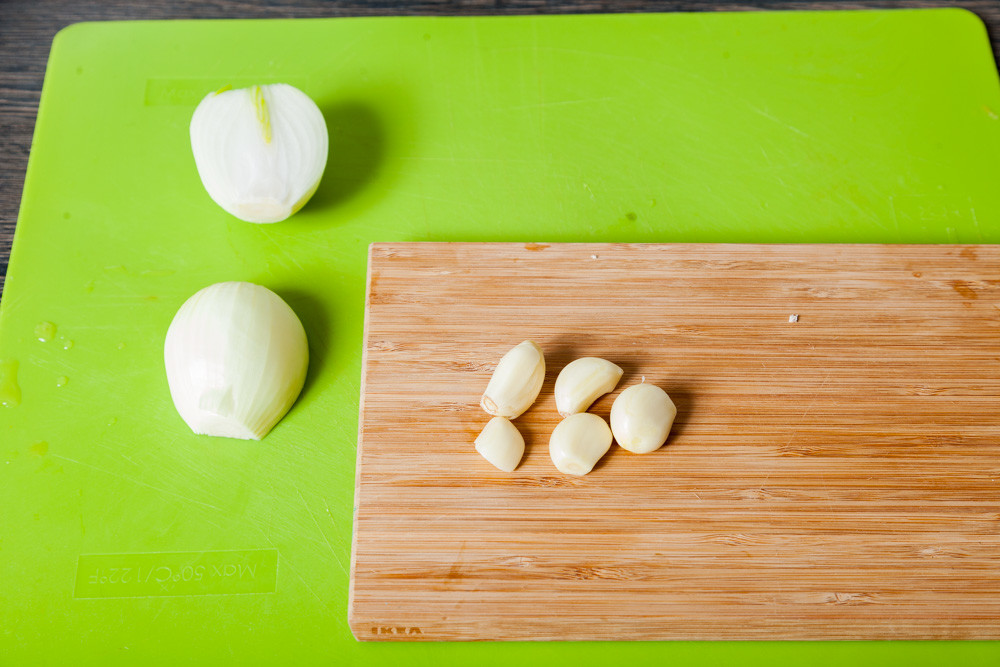Режем луковицу для приготовления Мексиканского лаймового супа