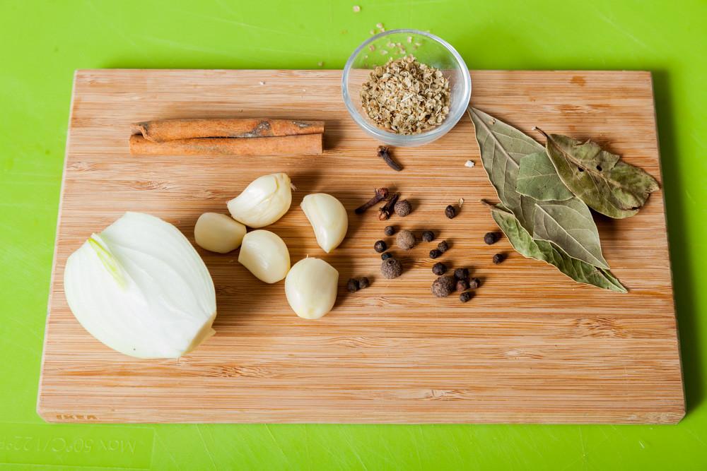 Отмеряем специи для приготовления Мексиканского лаймового супа