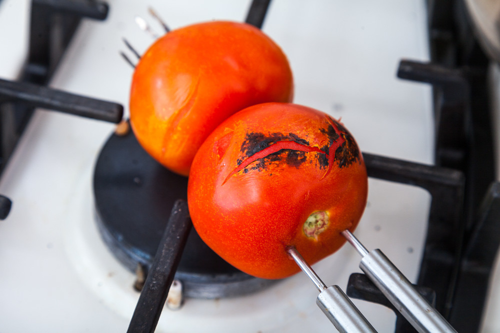 Запекаем помидоры для приготовления Мексиканского лаймового супа