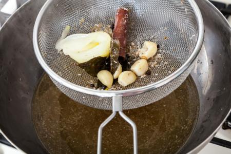 процеживаем бульон через сито для приготовления Мексиканского лаймового супа
