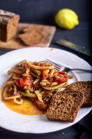 Пошаговый рецепт простого кальмара в томатном соусе с чили