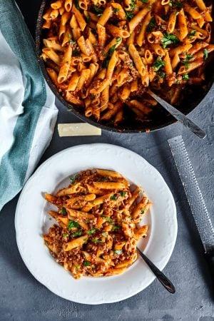Пошаговый рецепт простого американского чоп-суэй: макарон в томатном соусе с фаршем и сыром