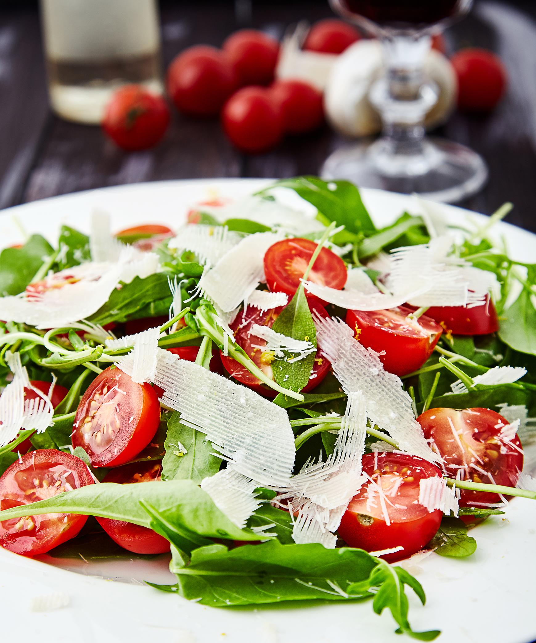 Пошаговый рецепт простого салата из рукколы с помидорами черри и пармезаном