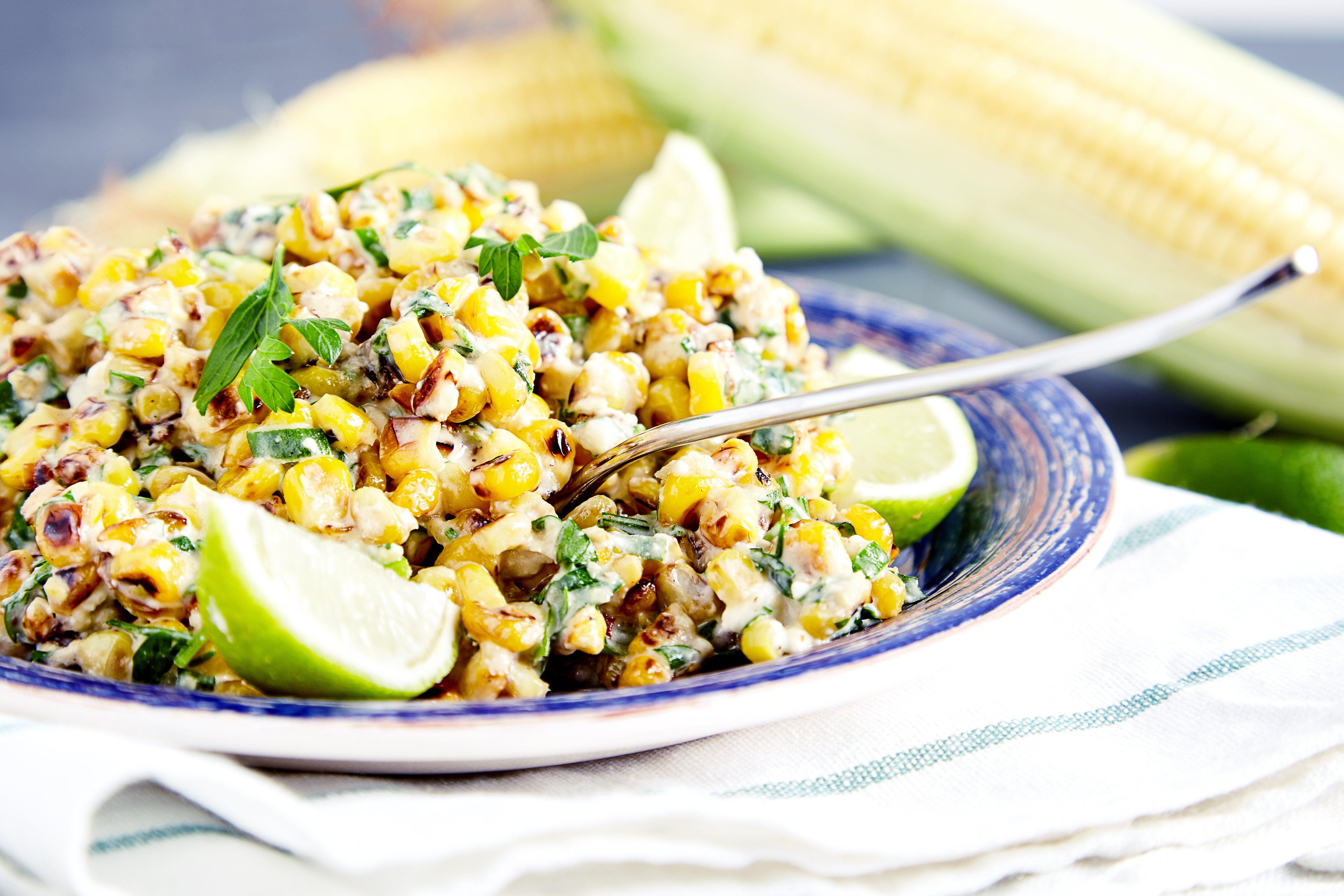 Можно подавать и в холодном , и в горячем виде мексиканский кукурузный салат