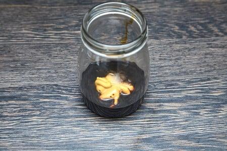 Добавляем острую горчицу для салата из рукколы с карамелизированными персиками