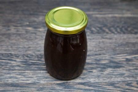 Смешиваем все ингредиенты для салата из рукколы с карамелизированными персиками
