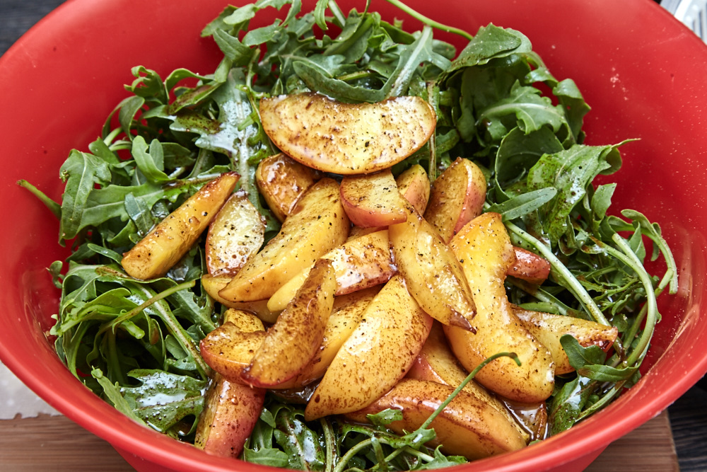 Make a salad for arugula salad with caramelized peaches