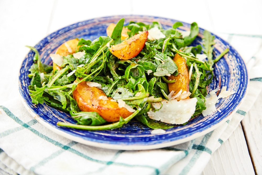 Serve as soon as possible the arugula salad with caramelized peaches