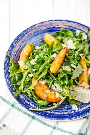 Пошаговый рецепт простого салата из рукколы с карамелизированными персиками