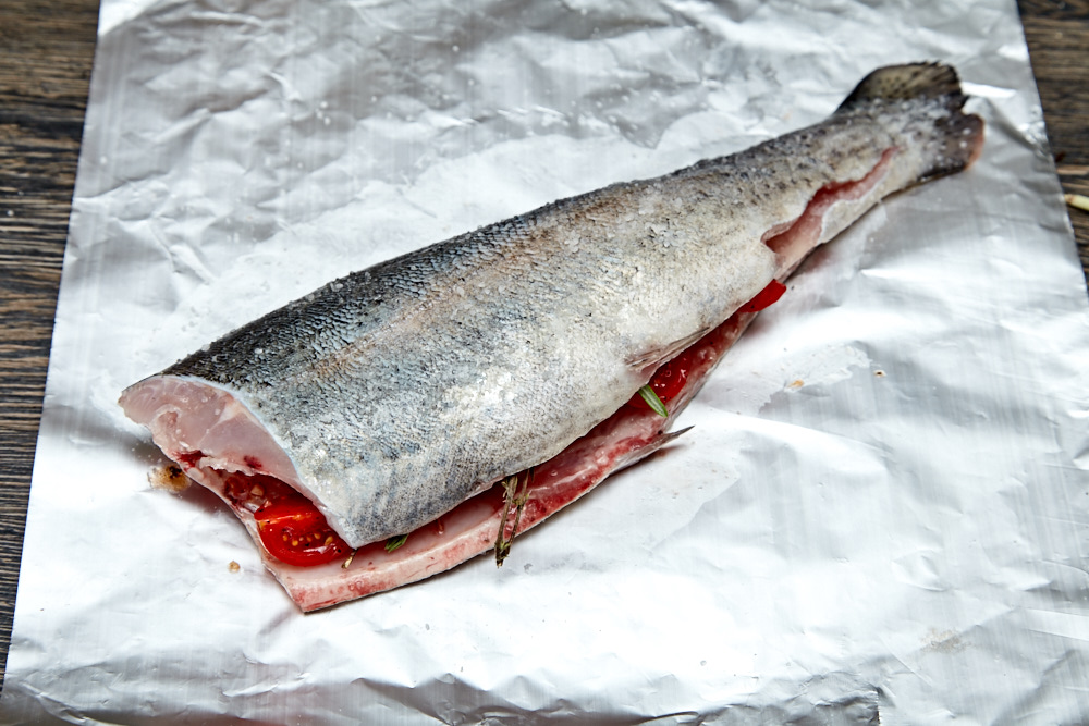 Close the fish for rainbow trout with Herbs and Tomatoes in the Foil