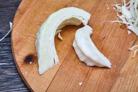 Отделяем примерно половину внутренней части листьев и откладываем в сторону для капустного салата коул слоу от Джейми Оливера