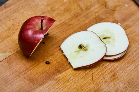 Нарезаем яблоко на тонкие пластинки для капустного салата коул слоу от Джейми Оливера
