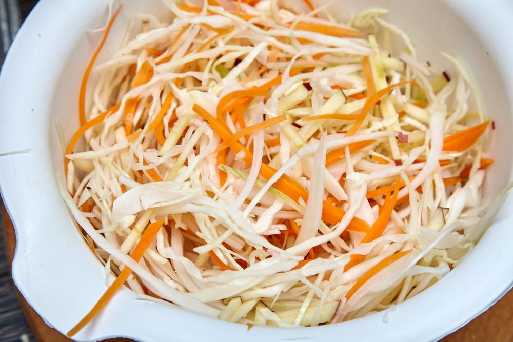 Смешиваем все ингредиенты в большой миске для капустного салата коул слоу от Джейми Оливера