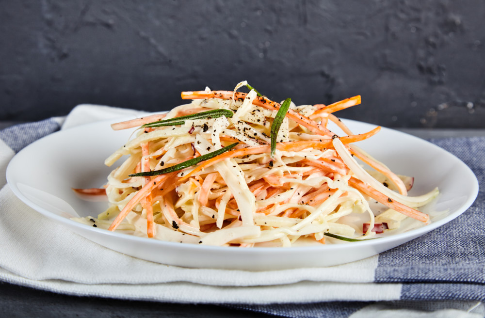Добавляем соль, перец и майонез и перемешиваем капустный салат коул слоу от Джейми Оливера