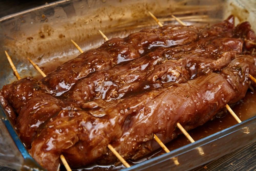 Кладем форму в духовку для свиной вырезки в техасском стиле