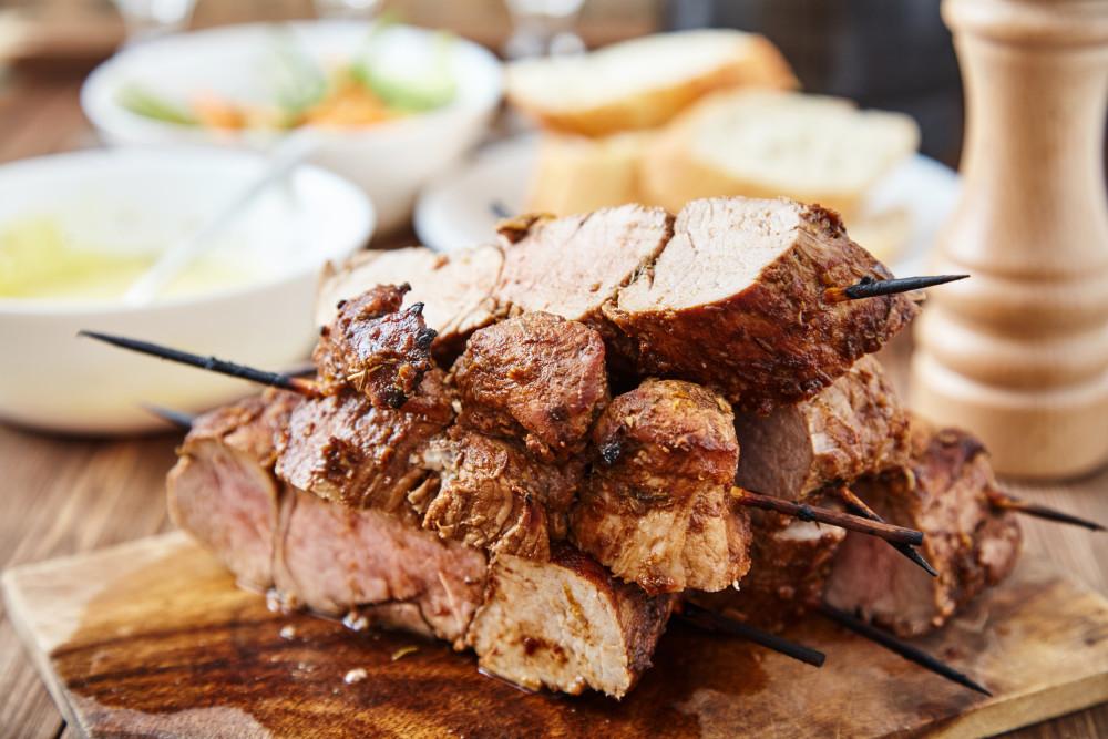 Режем мясо параллельно шпажкам для свиной вырезки в техасском стиле