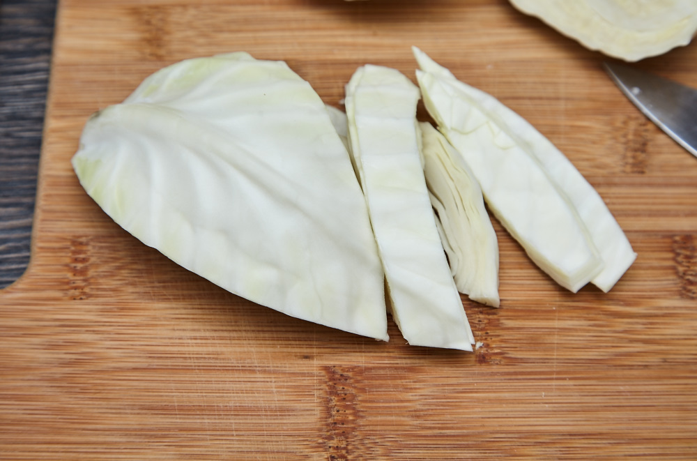 Slice at a low angle into 1-1,5 cm pieces for chinese fried cabbage