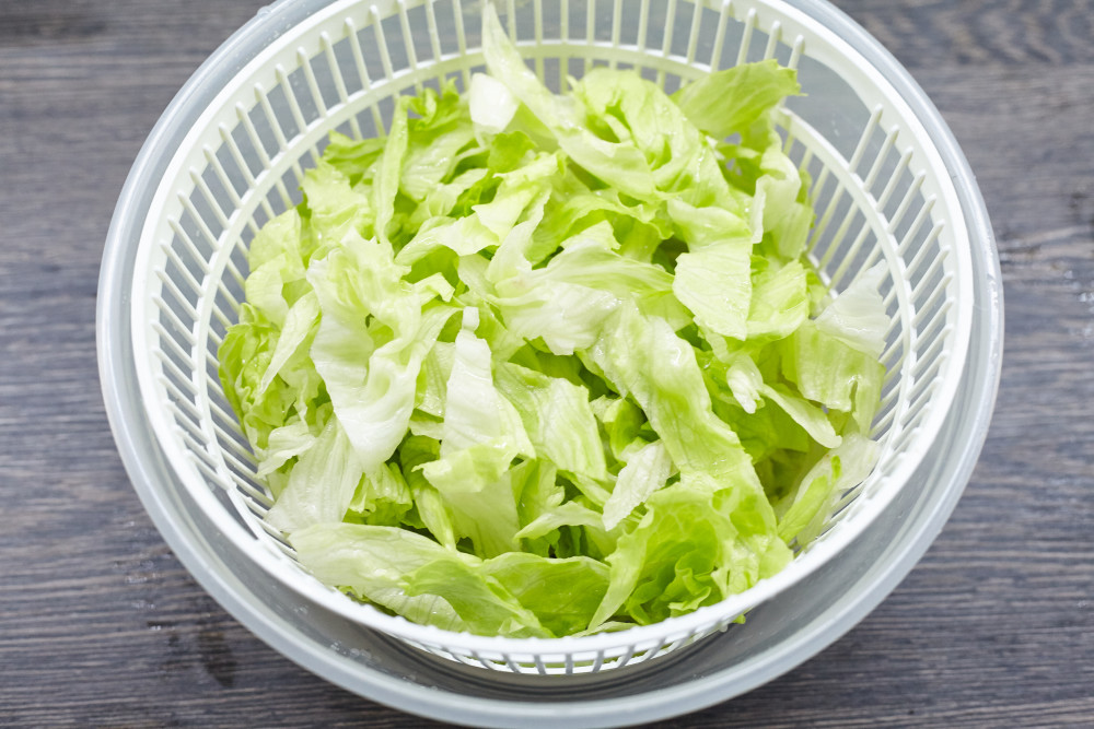 Dry the lettuce leaves for zesty thai salad with beef