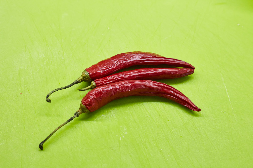 Take chili peppers for gongbao chicken (kung pao)