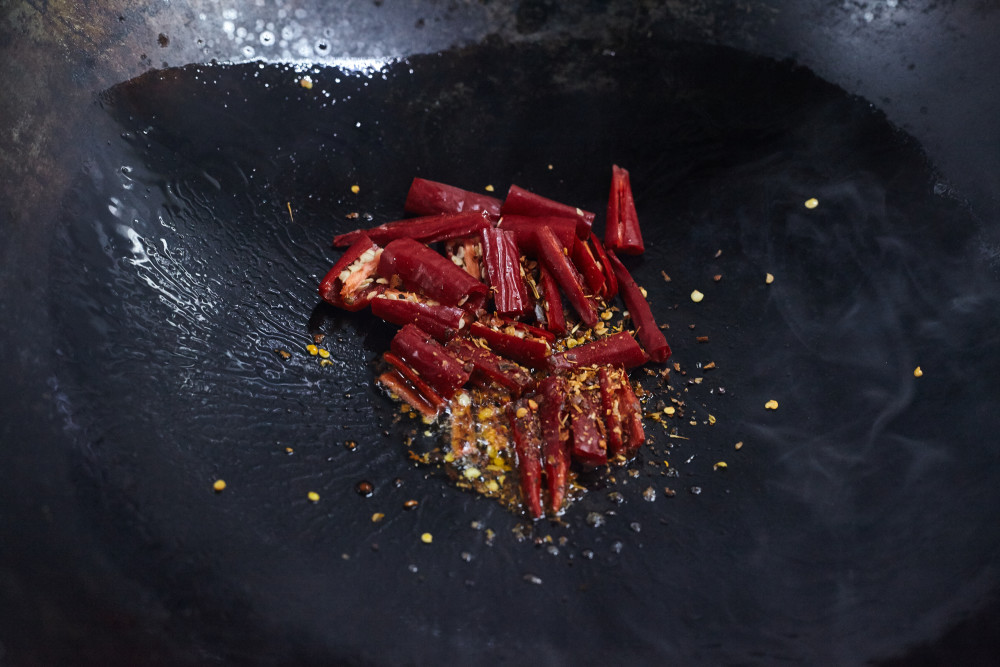 Fry the chili peppers for gongbao chicken (kung pao)