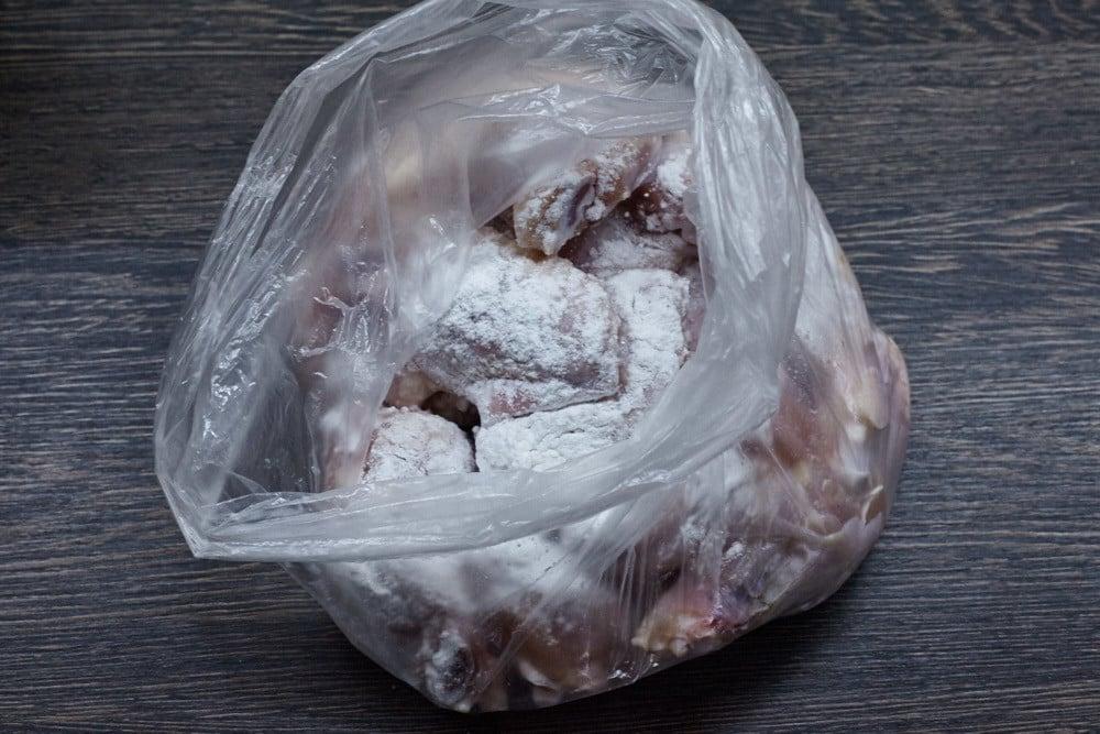 Добавляем смесь в пакет для запеченных крыльев Баффало