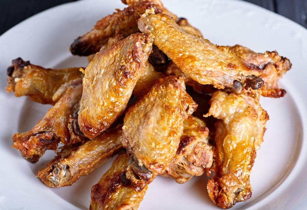 Выкладываем крылья на сервировочное блюдо для запеченных крыльев Баффало