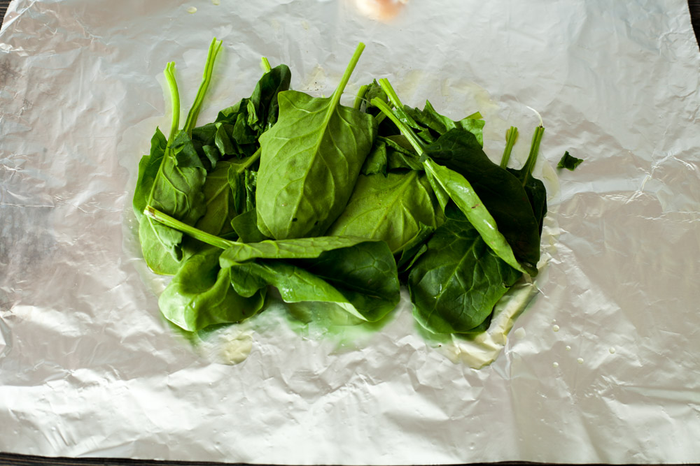 Put the spinach leaves on the foil for 15 minute chicken breasts with rosemary and spinach in the foil