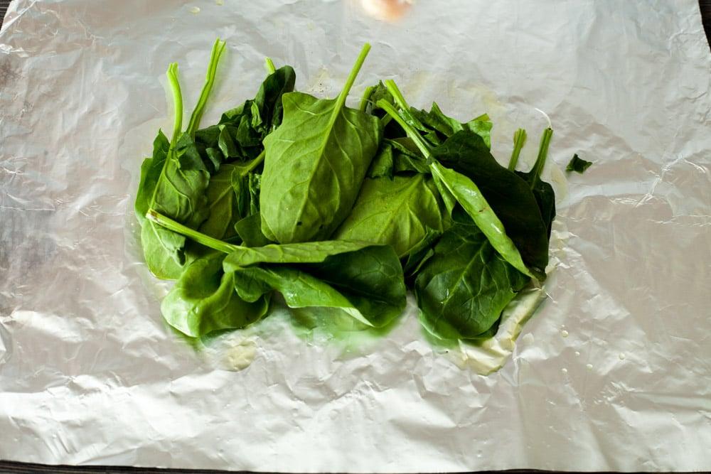 Выкладываем шпинат на фольгу для куриных грудок с розмарином и шпинатом в конверте из фольги за 15 минут