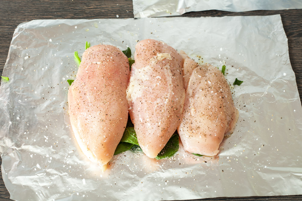 Add a fine pinch of salt and pepper for 15 minute chicken breasts with rosemary and spinach in the foil