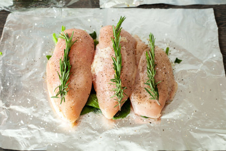 On every breast put a twig of rosemary for 15 minute chicken breasts with rosemary and spinach in the foil