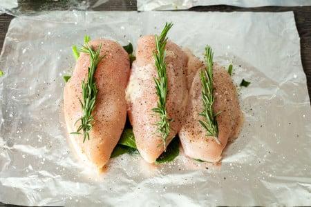 На каждую грудку кладем веточку розмарина для куриных грудок с розмарином и шпинатом в конверте из фольги за 15 минут