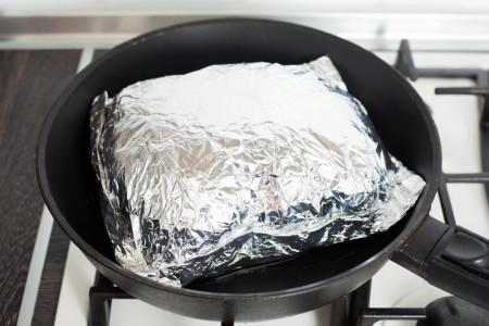 """""""Конверт"""" выпускает пар для куриных грудок с розмарином и шпинатом в конверте из фольги за 15 минут"""