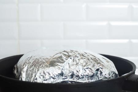 """""""Конверт"""" вздувается для куриных грудок с розмарином и шпинатом в конверте из фольги за 15 минут"""