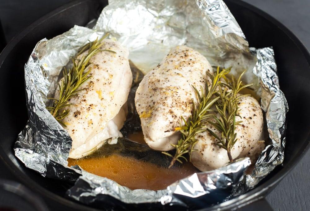Позвольте мясу остыть примерно 3 минуты для куриных грудок с розмарином и шпинатом в конверте из фольги за 15 минут