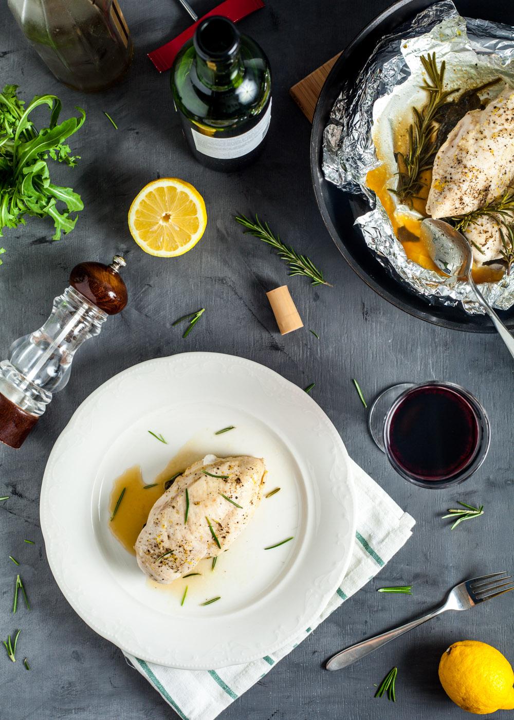 Пошаговый рецепт простых куриных грудок с розмарином и шпинатом в конверте из фольги за 15 минут