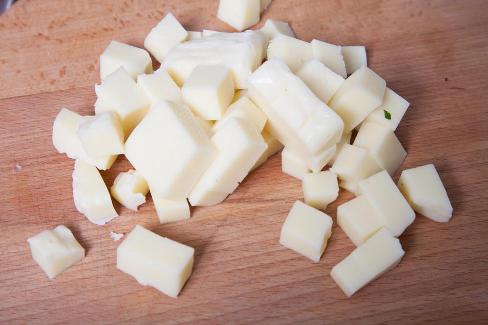 Dice 500 g of mozzarella for American Chop Suey
