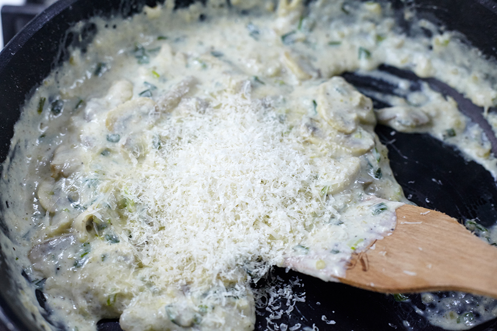 Add 20-30 g of grated parmesan to the sauce for pasta with cream mushroom sauce