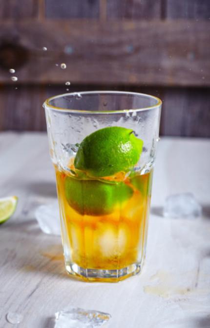 Выжимаем сок лайма в стакан и опускаем туда же кусочки того же лайма для куба-либре или просто ром-колы