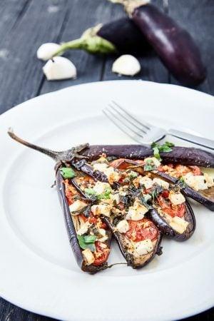 Пошаговый рецепт простых веером запеченных баклажанов с помидорами и сыром фета