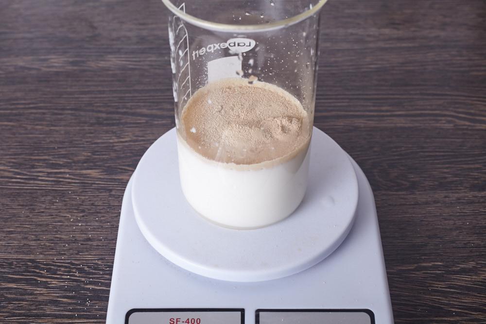 Смешиваем воду, молоко, дрожжи, сахар и соль для идеальных булочек для гамбургеров
