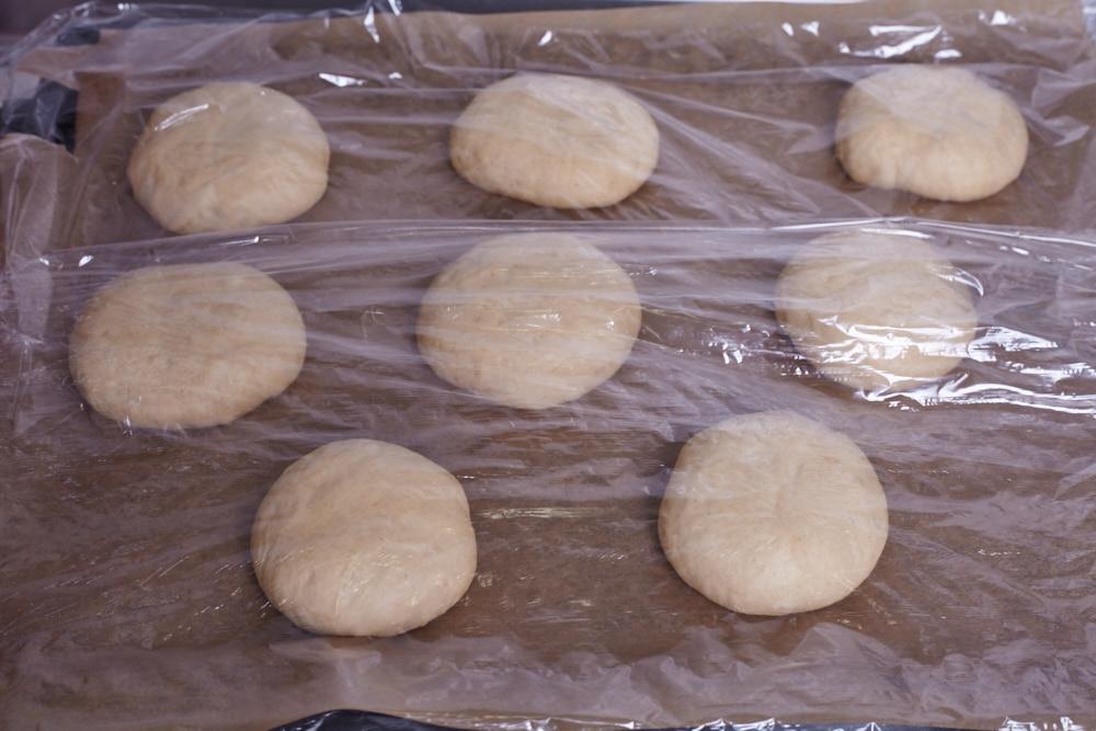 Накрываем булочки пищевой пленкой для идеальных булочек для гамбургеров