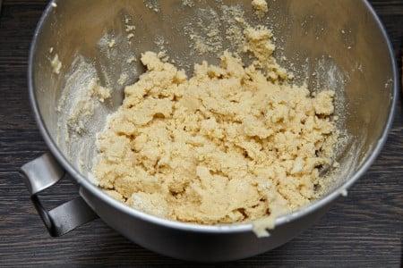 Перемешиваем массу в миске для лучшего песочного печенья по версии Джейми Оливера
