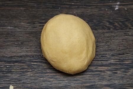 Выкладываем тесто на рабочую поверхность и хорошо вымешиваем для лучшего песочного печенья по версии Джейми Оливера